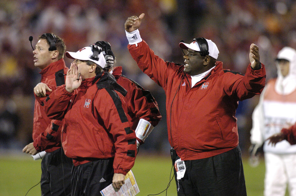 Photo - Norman, Okla.  - November 13, 2004. University of Nebraska (NU) at University of Oklahoma (OU) college football on Owen Field in The Gaylord Family - Oklahoma Memorial Stadium.  Former Oklahoma head coach John Blake, right, now an assistant at Nebraska, coaches from the sideline along with Nebraska head coach Bill Callahan, center. By Bryan Terry/The Oklahoman