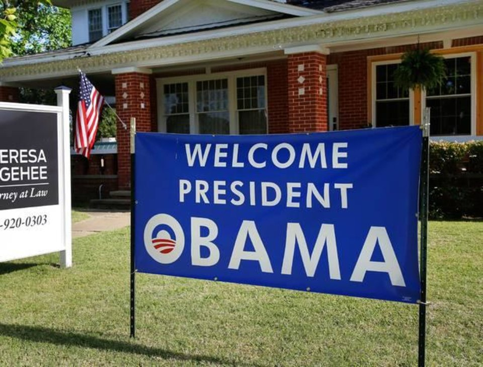 Photo - A sign welcoming President Barack Obama to Durant stands Tuesday in front of a law office on the city's Main Street. [PHOTO BY JIM BECKEL, THE OKLAHOMAN]