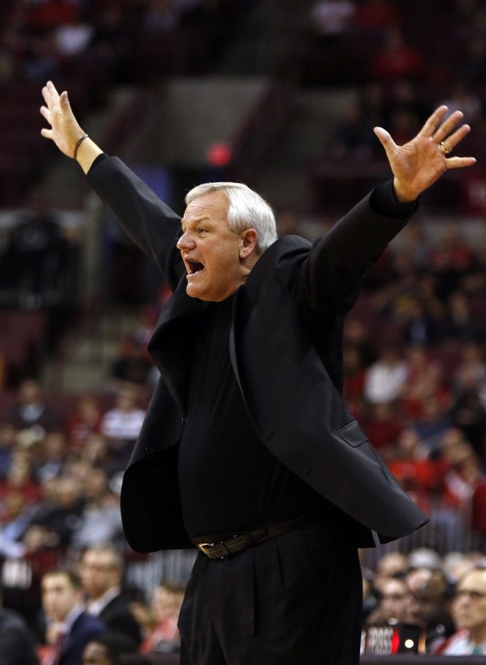 Photo - Mercer coach Bob Hoffman gestures during the first half of his team's NCAA college basketball game against Ohio State in Columbus, Ohio, Tuesday, Dec. 22, 2015. Ohio State won 64-44. (AP Photo/Paul Vernon)