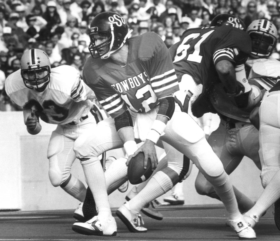 Photo - COWBOYS /  OKLAHOMA STATE UNIVERSITY, COLLEGE FOOTBALL, OSU: 11/14/1981-OSU quarterback Rusty Hilger turns to make a pitch against Kansas State. Staff photo by Jim Argo. (PHOTO PUBLISHED 11/16/1981 IN THE DAILY OKLAHOMAN)