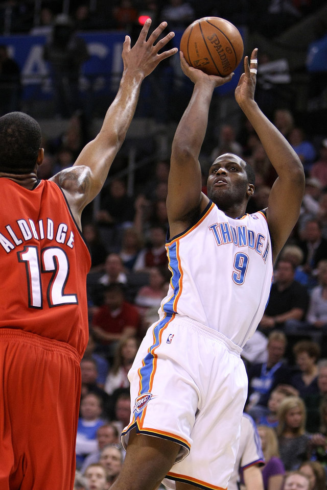 Photo - OKLAHOMA CITY THUNDER / PORTLAND TRAIL BLAZERS / NBA BASKETBALL  Oklahoma City's Malik Rose shoots over Portland's LaMarcus Aldridge during the Thunder - Portland game April 3, 2009 in the Ford Center in Oklahoma City.    BY HUGH SCOTT, THE OKLAHOMAN ORG XMIT: KOD