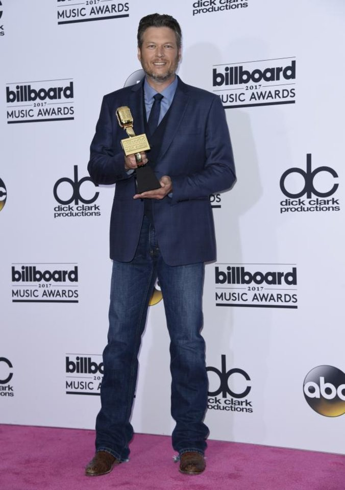 Sensational Photos Blake Shelton Wins Top Country Artist At The 2017 Hairstyles For Women Draintrainus
