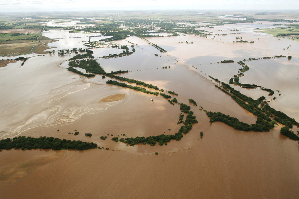 Photo - Flooding in Kingfisher after tropical storm Erin hit the area early Sunday, Aug. 19, 2007.  BY MATT STRASEN, THE OKLAHOMAN/KWTV SKYNEWS 9