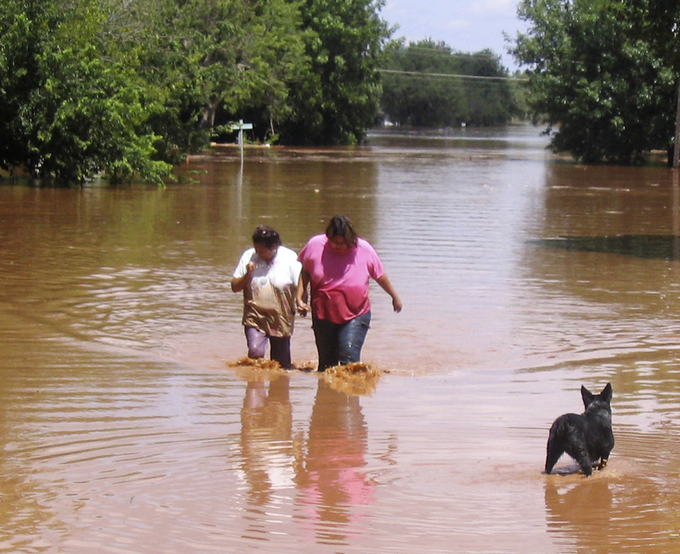 Photo - flooding in Kingfisher, Sunday Aug. 19, 2007. By Robert Medley, The Oklahoman.