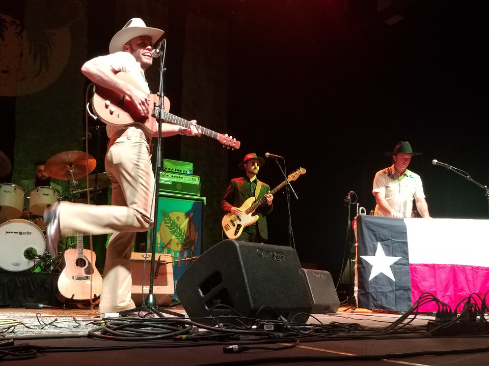 Concert Review Oklahomas Turnpike Troubadours Strike The Right