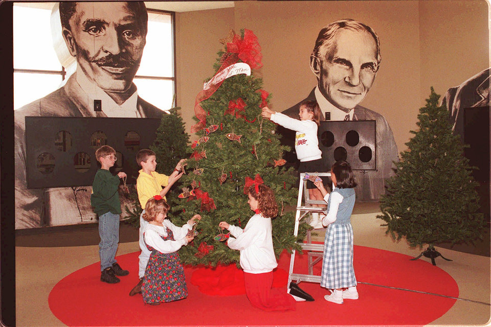 Photo - Students from Oklahoma Christian Schools decorate a tree in the Hall of Giants at Enterprise Square USA. Shown are Chris Hinz, Chris Danner, Claire Ferguson, Angela Clark, Ashley Lynch (on ladder) and Lany Jurrens.  Photo by Jim Beckel, The Oklahoman Archives  JIM BECKEL