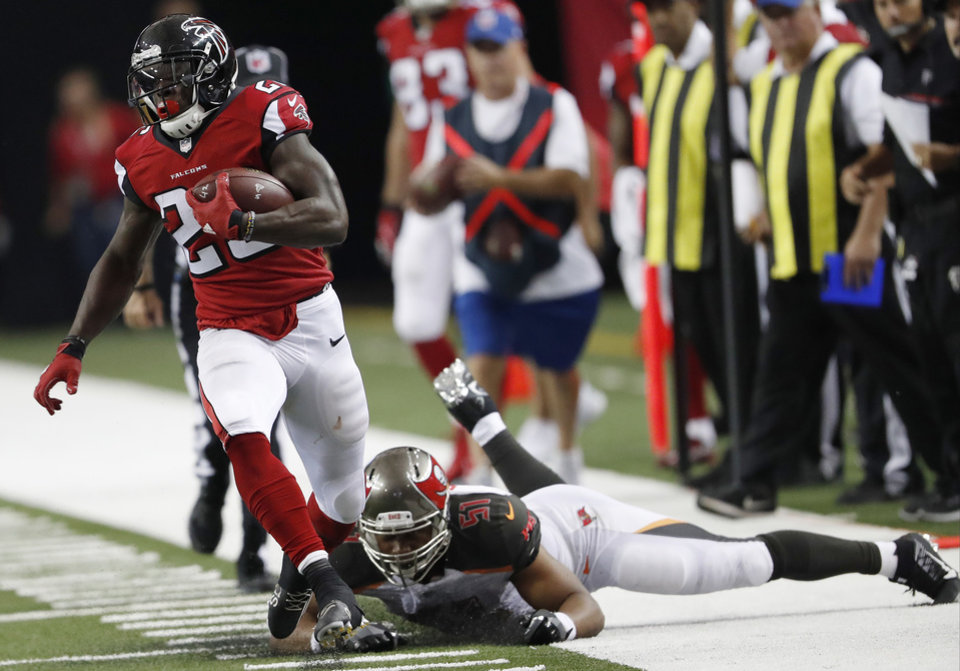 ... Atlanta Falcons running back Tevin Coleman (26) moves past Tampa Bay  Buccaneers linebacker Daryl ... ca571a197