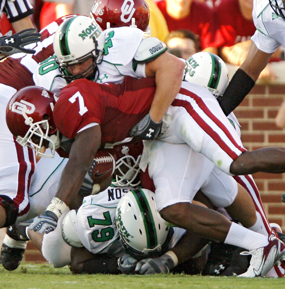 Photo - North Texas' Colt Mahan (40) makes on of the few stops on Oklahoma's DeMarco Murray (7) in the first half during the University of Oklahoma Sooners (OU) college football game against the University of North Texas Mean Green (UNT) at the Gaylord Family - Oklahoma Memorial Stadium, on Saturday, Sept. 1, 2007, in Norman, Okla.
