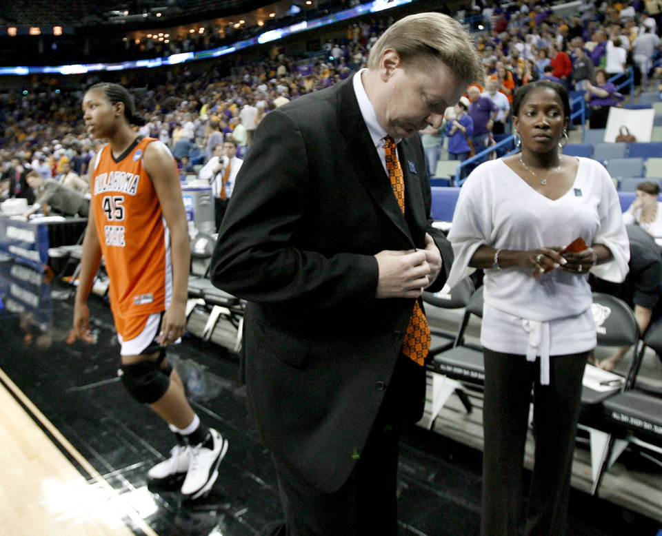 Photo - OSU's Kurt Budke, center, Alex Richardson, and assistant Kenya Larkin, right, walk off the court after OSU's loss in the regional semifinals of the NCAA women's basketball tournament between Oklahoma State University and LSU  at the New Orleans Arena in New Orleans, Saturday, March 29, 2008. Saturday.   BY BRYAN TERRY, THE OKLAHOMAN