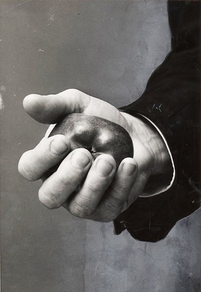 Photo - Danny Hodge's trademark: crushing an apple in one hand. OKLAHOMAN ARCHIVE PHOTO 	ORG XMIT: 0902142158257564