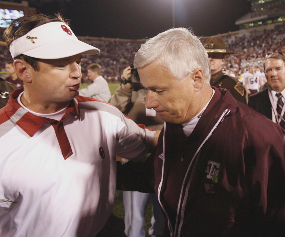 Photo - Sooner head coach Bob Stoops talks with A&M head coach  Dennis Franchione following the college football game between the University of Oklahoma Sooners (OU) and the Texas A&M Aggies (TXAM) on Saturday, Nov. 3, 2007, in Norman, Okla.    Photo By Steve Sisney, The Oklahoman  ORG XMIT: KOD