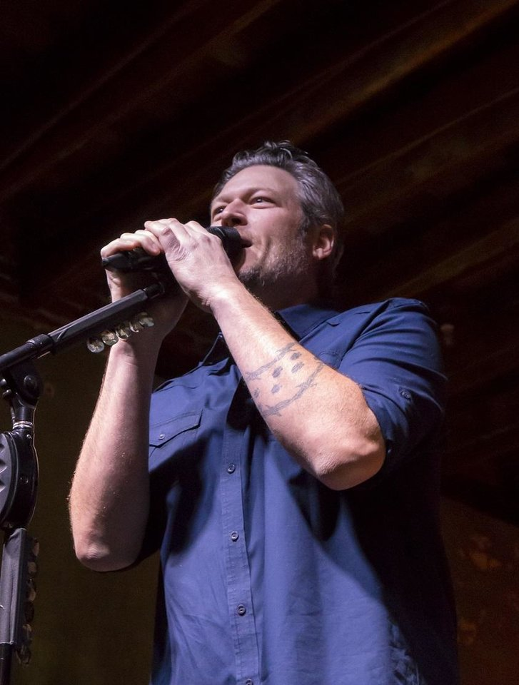 Concert review: Blake Shelton warms up for arena tour with casual