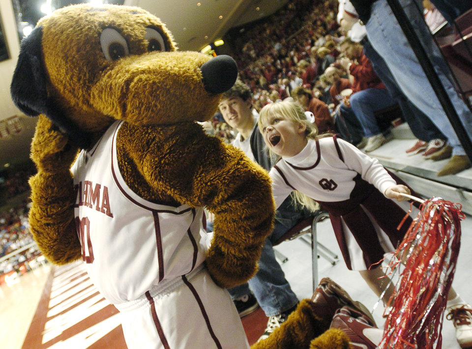 Photo - UNIVERSITY OF OKLAHOMA SOONERS (OU) VS UNIVERSITY OF TEXAS (UT) COLLEGE BASKETBALL AT THE LLOYD NOBLE CENTER IN NORMAN,  OK , SATURDAY, FEB.  21, 2004. Oklahoma Sooners fan Catlin Gundy, 4, pokes OU mascot