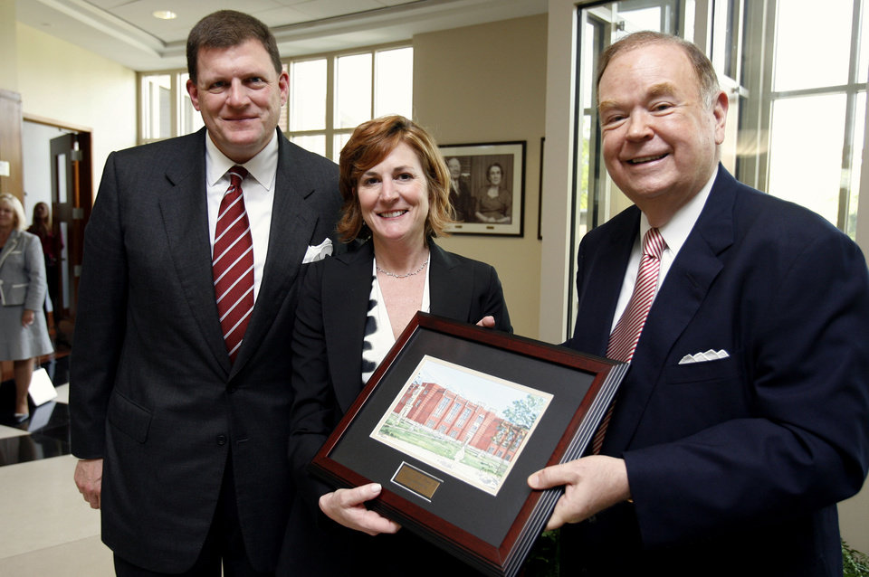 Photo - CLAYTON I. BENNETT / CLAYTON BENNETT / CLAY BENNETT: Clay and Louise Bennett receive an artist's rendering of the expansion of the journalism building at the Gaylord College of Journalism from President David Boren at the University of Oklahoma (OU) during ground-breaking ceremonies in Norman, Oklahoma, on Tuesday, May 1, 2007.  Photo by Steve Sisney, The Oklahoman ORG XMIT: kod