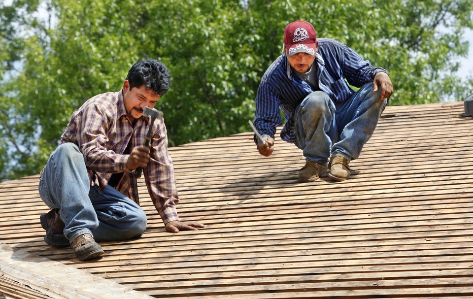 ORG XMIT: 1006031819325700 Photo   ROOF REPAIR / ROOFERS: Pedro Gomez And  Adolfo Tavera With All American Roofing