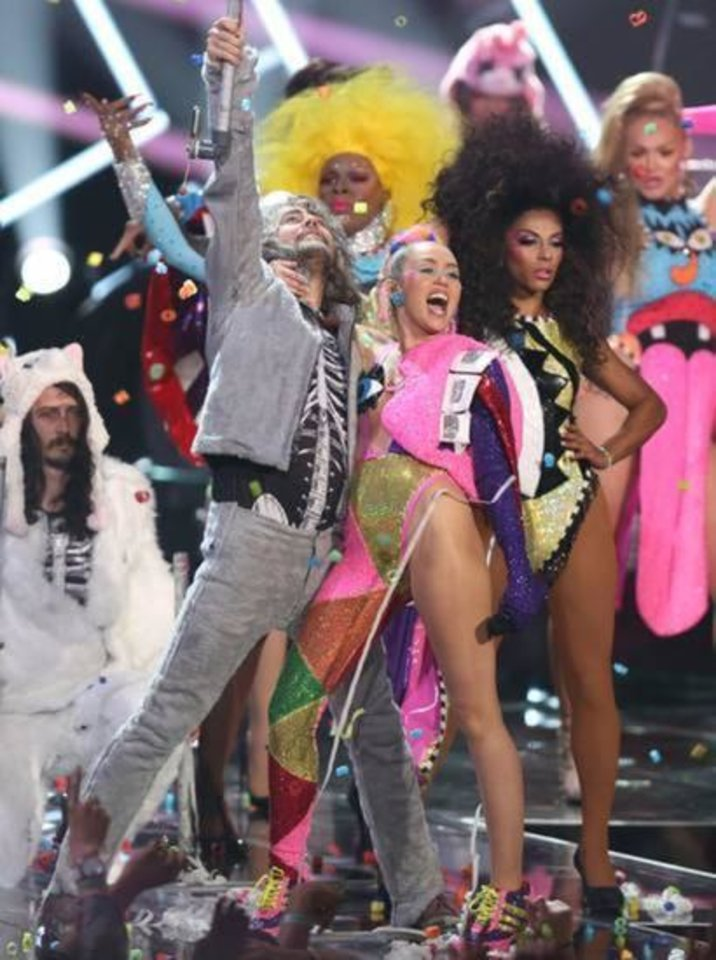 Hot show - Miley Cyrus, Flaming Lips plan nude concert