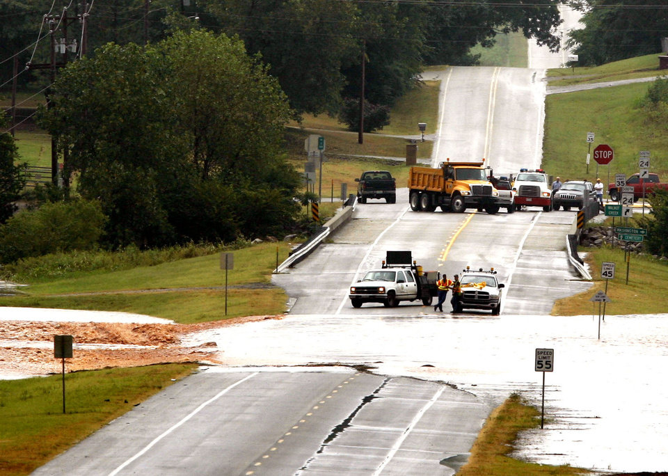 Photo - Highway 24 north of Washington, Oklahoma is closed due to flooding on Sunday morning, August 19, 2007.   BY STEVE SISNEY, THE OKLAHOMAN