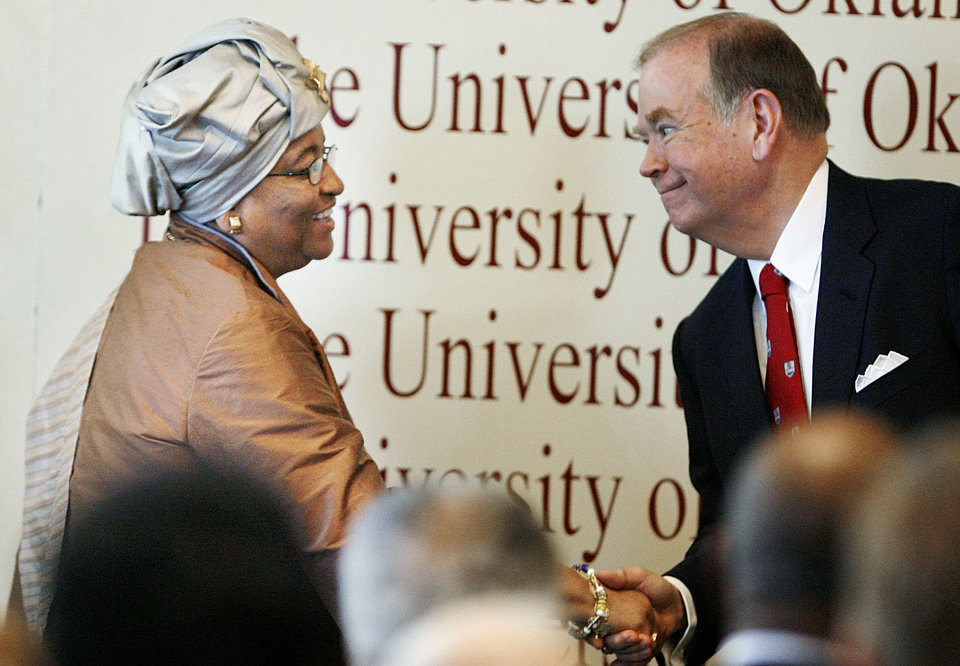 Photo - OU: Ellen Johnson Sirleaf, president of Liberia, shakes hands with University of Oklahoma president David Boren before her speech in Norman, Oklahoma on Thursday, Sept. 14, 2006.  by Steve Sisney, The Oklahoman  ORG XMIT: kod
