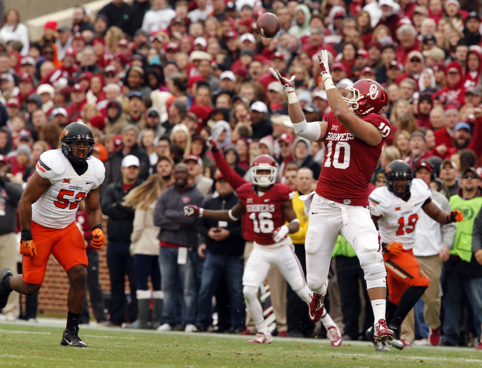 Photo - Sooner's Blake Bell (10) catches a first quarter pass during a Bedlam college football game between the University of Oklahoma Sooners (OU) and the Oklahoma State Cowboys (OSU) at Gaylord Family-Oklahoma Memorial Stadium in Norman, Okla., on Saturday, Dec. 6, 2014. Photo by Steve Sisney, The Oklahoman