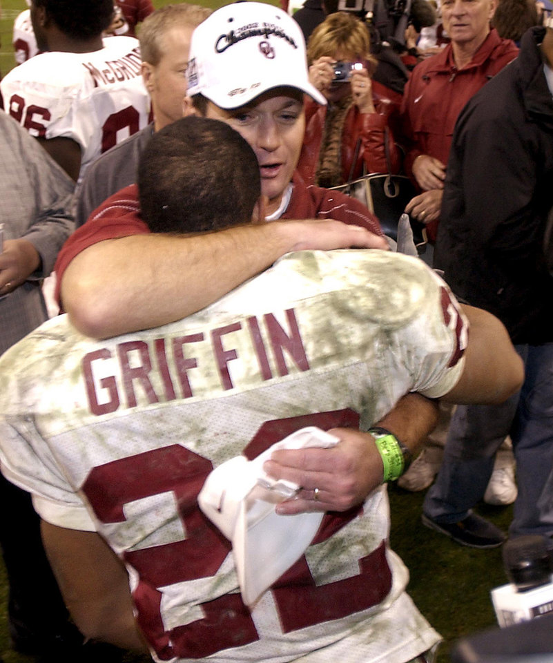 Photo - COLLEGE FOOTBALL: OU vs Colorado Big 12 Championship in Houston Texas, Dec. 7, 2002 in the Reliant Stadium.    OU head coach Bob Stoops hugs Quentin Griffin after OU's win. Staff photo by Bryan Terry.