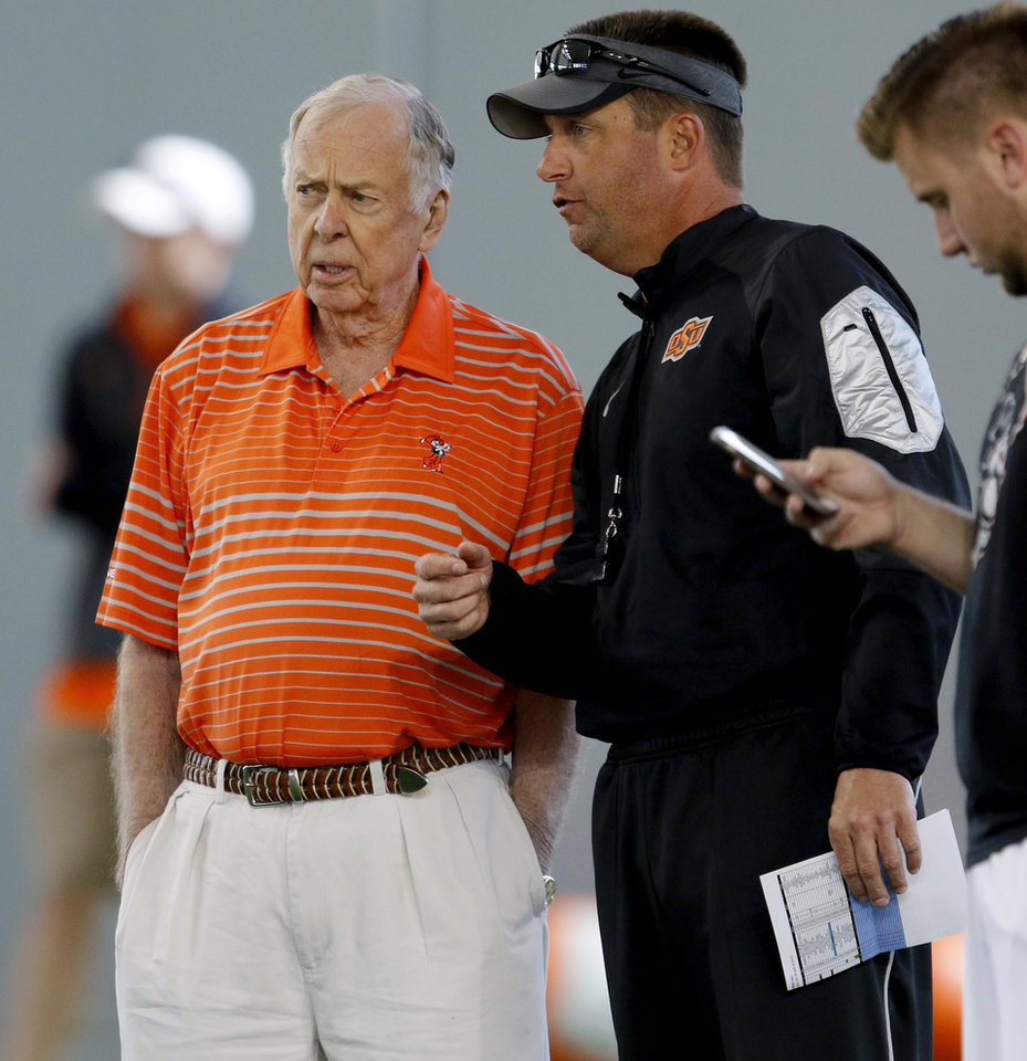 Photo - Boone Pickens, left, talks with Oklahoma State coach Mike Gundy during a practice in Stillwater. (Photo by Bryan Terry, The Oklahoman)