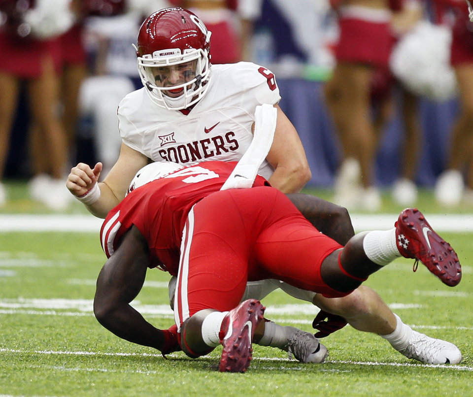 Photo - Houston's Matthew Adams (9) pressures Oklahoma's Baker Mayfield (6) in the fourth quarter during the AdvoCare Texas Kickoff college football game between the University of Oklahoma Sooners (OU) and the Houston Cougars at NRG Stadium in Houston, Saturday, Sept. 3, 2016. Houston won 33-23. Photo by Nate Billings, The Oklahoman