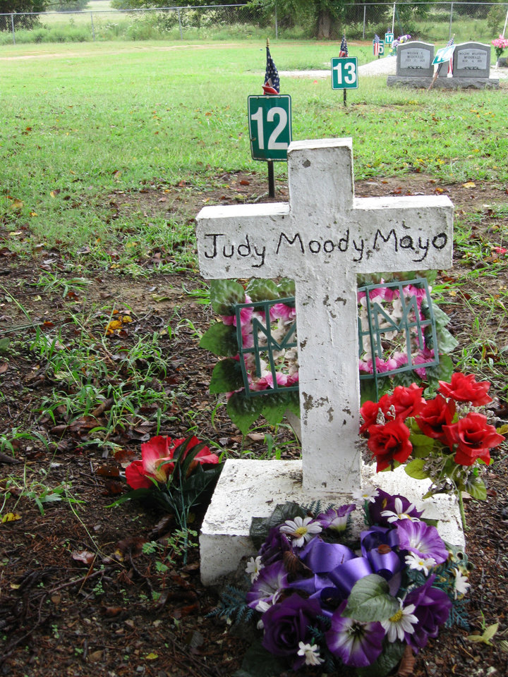 Photo - ATOKA CASE / JESSIE CUMMINGS / JESSIE JAMES CUMMINGS / MURDER / JUDY MAYO / MELISSA MAYO: A crude handpainted cross marks the gravesite of Judy Moody Mayo. Mayo was killed by one of her brother's wives.