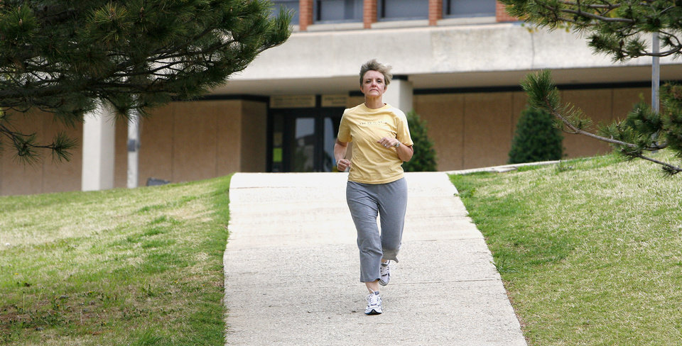 Photo - RUNNING, JOGGING: Tamie Willis, library director at Oklahoma Christian University, working out on the Oklahoma Christian University campus Tuesday, April 8, 2008, in preparation for the Oklahoma City Memorial Marathon. BY PAUL B. SOUTHERLAND, THE OKLAHOMAN ORG XMIT: KOD