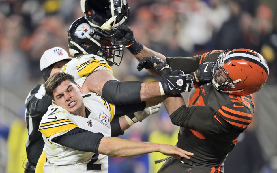 Photo - Cleveland Browns defensive end Myles Garrett (95) hits Pittsburgh Steelers quarterback Mason Rudolph (2) with a helmet during the second half of an NFL football game Thursday, Nov. 14, 2019, in Cleveland. (AP Photo/David Richard)