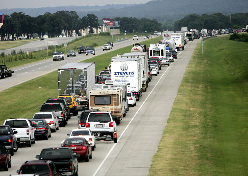 Photo - Oklahoma Highway Patrol troopers stop southbound traffic on I-35 briefly during a raid on a suspected illegal horse racing operation near Thackerville, OK., on Sunday, July 29, 2007. By John Clanton, The Oklahoman