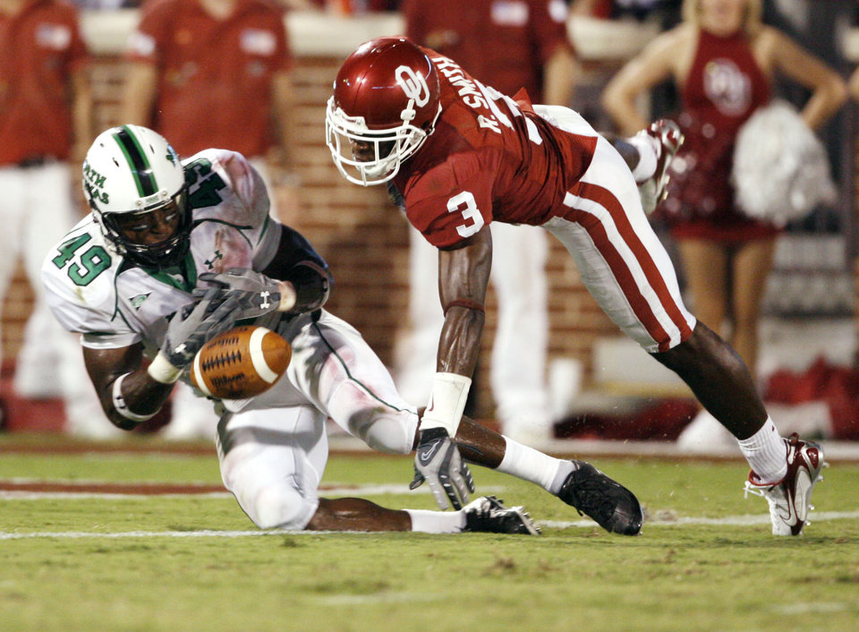 Photo - Reggie Smith deflects a pass to Brandon Jackson at the goal line in the second half during the University of Oklahoma Sooners (OU) college football game against the University of North Texas Mean Green (UNT) at the Gaylord Family - Oklahoma Memorial Stadium, on Saturday, Sept. 1, 2007, in Norman, Okla.   By STEVE SISNEY, The Oklahoman