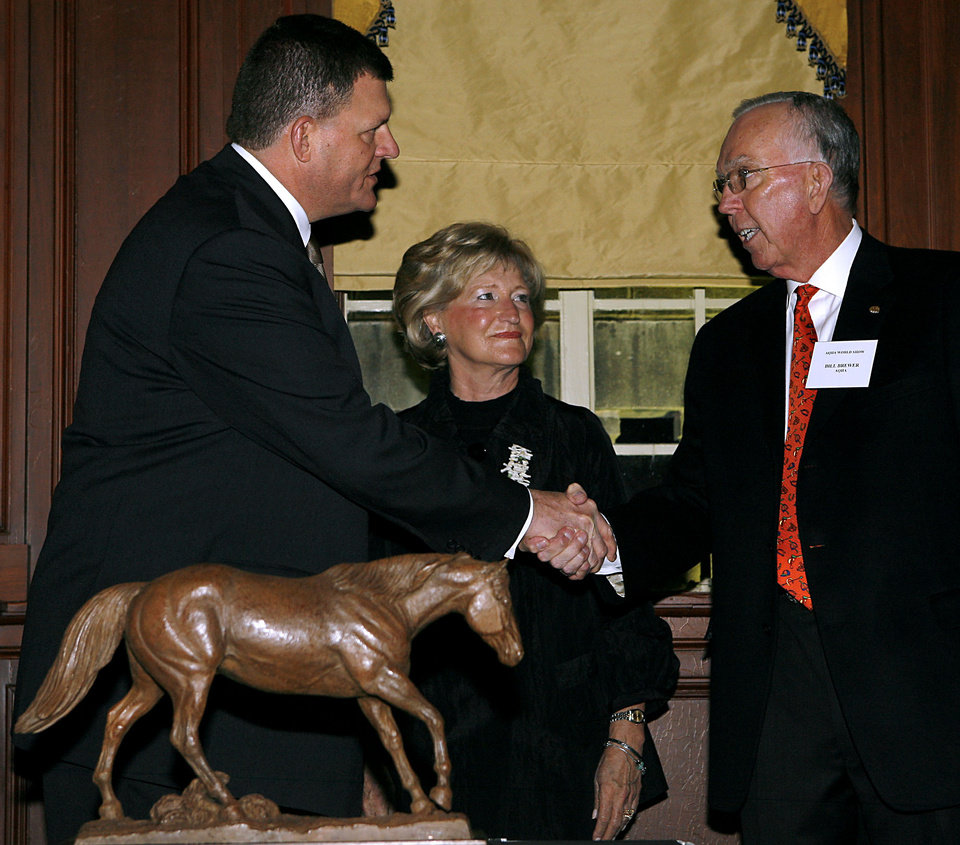 Photo - CLAYTON BENNETT / CLAYTON I. BENNETT / AMERICAN QUARTER HORSE ASSOCIATION WORLD CHAMPIONSHIP SHOW / AMERICAN QUARTER HORSE ASSOCIATION'S BANK OF AMERICA AMATEUR AND FEDEX OPEN WORLD CHAMPIONSHIP SHOW / AQHA HORSE SHOW / SUE BREWER: Clay Bennett presents an award to Bill Brewer and his wife Sue during the Annual AQHA World Championship Show Reception at the Skirvin Hotel in downtown Oklahoma City on Tuesday, Nov. 18, 2008. By John Clanton, The Oklahoman  ORG XMIT: KOD
