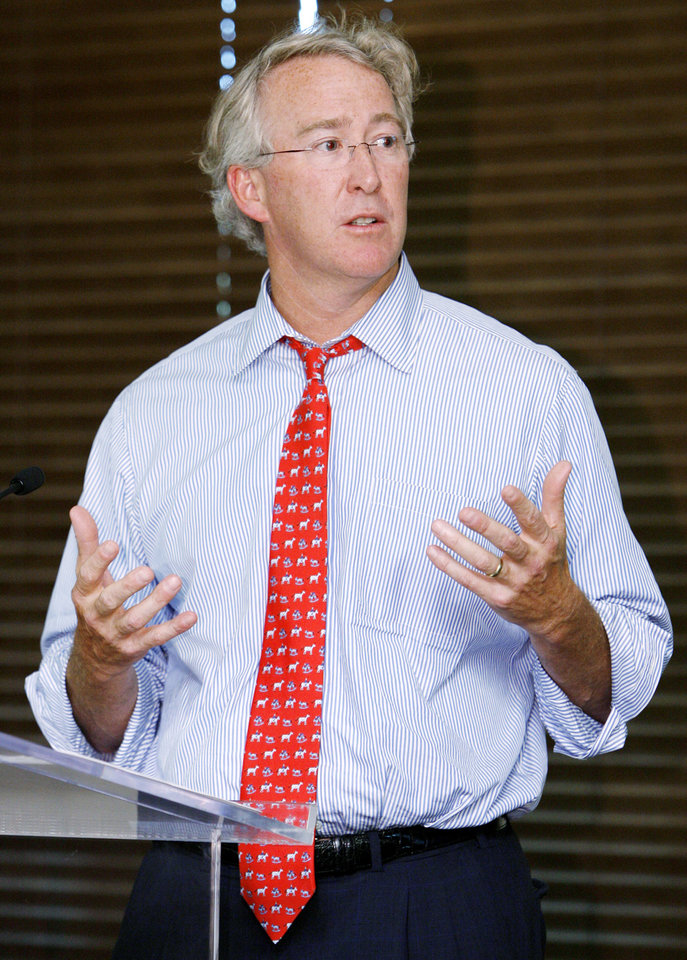Photo - Chesapeake Energy CEO and chairman Aubrey McClendon talks before introducing Chris Paul of the New Orleans Hornets NBA basketball team during an event for new Chesapeake Energy interns at the the Oklahoma Heritage Center in Oklahoma City, Tuesday, June 5, 2007. This was one of Paul's last appareances in Oklahoma CIty. By Nate Billings, The Oklahoman ORG XMIT: KOD