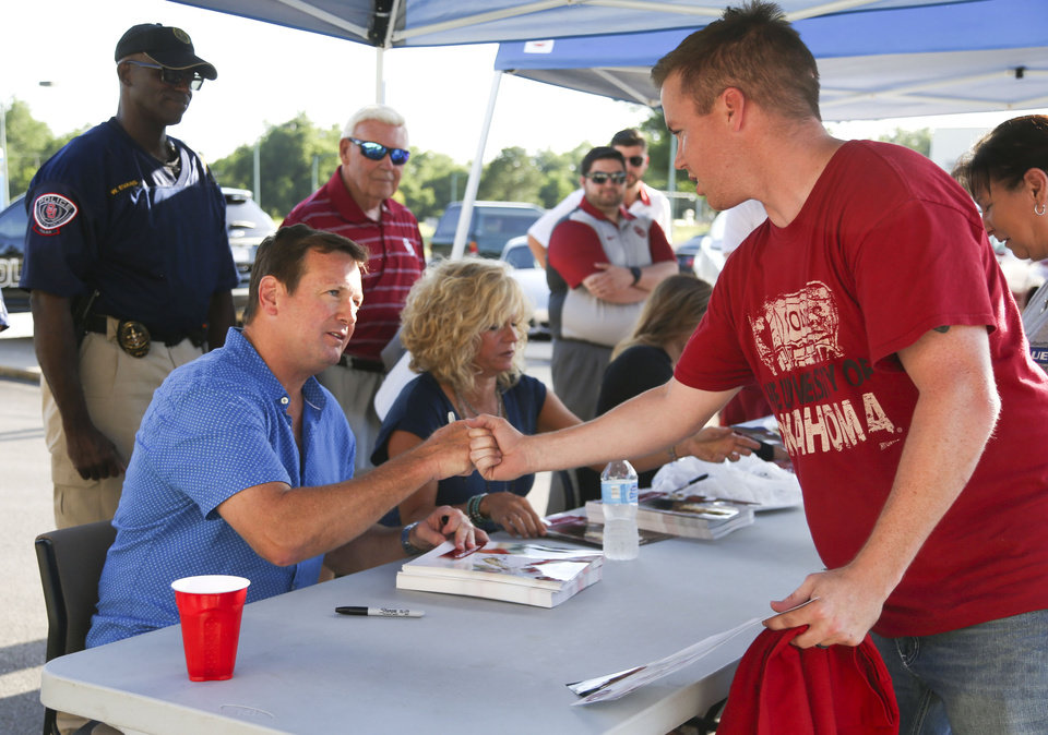 Photo - Josh Coulson of Manford meets Sooners head football coach Bob Stoops at the University of Oklahoma Sooners Caravan in Tulsa Tuesday, June 7, 2016. JESSIE WARDARSKI/Tulsa World