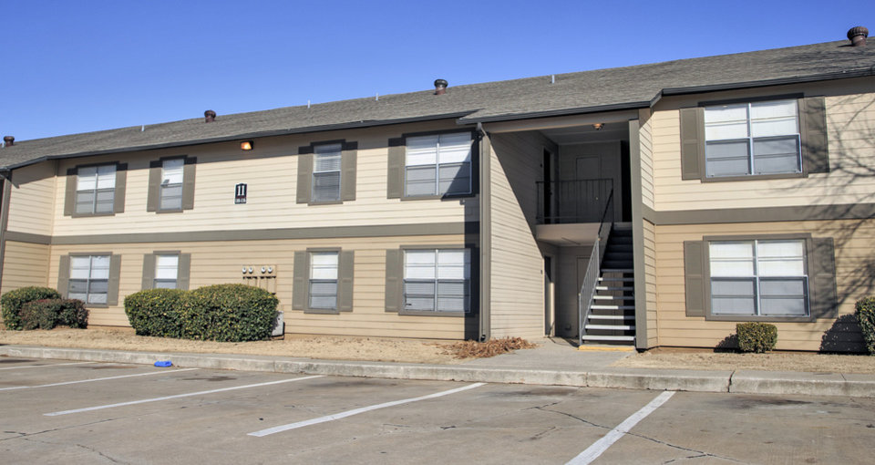 Photo -  Drexel Flats 89 Apartments, formally Cambridge Landing, 8800 S Drexel Ave., 400 units built in 1983, sold in November for $19.6 million, or $49,000 per unit, according to Commercial Realty Resources Co. [PHOTO BY CHRIS LANDSBERGER, THE OKLAHOMAN]