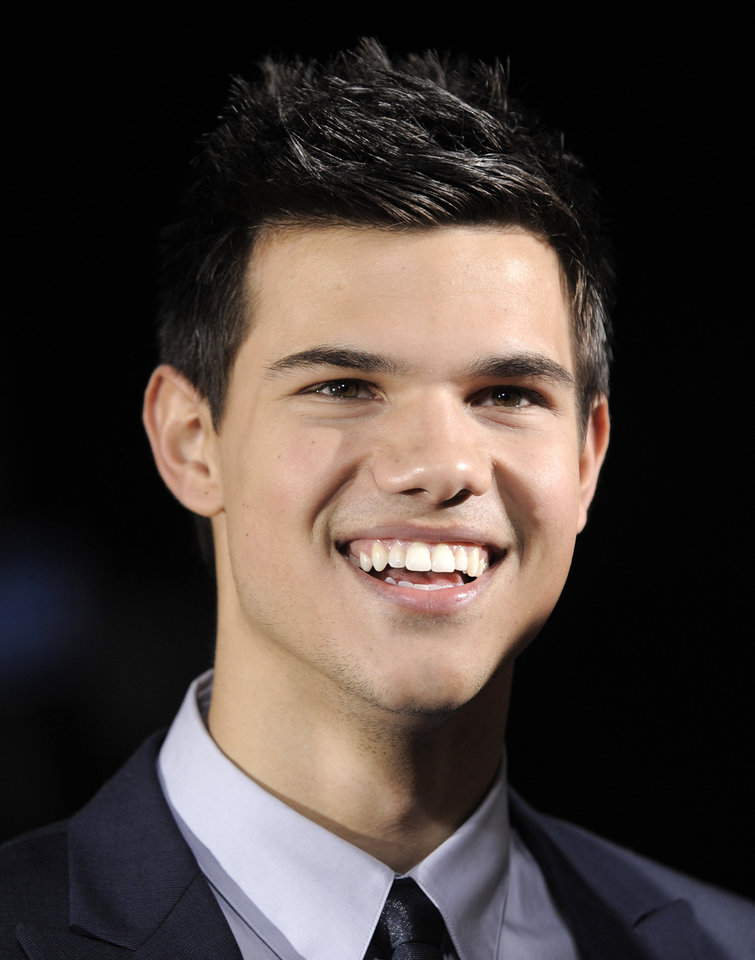 Photo - Taylor Lautner arrives at The Twilight Saga: New Moon premiere on Monday, Nov. 16,  2009, in Westwood, Calif.  (AP Photo/Chris Pizzello) ORG XMIT: CADC108