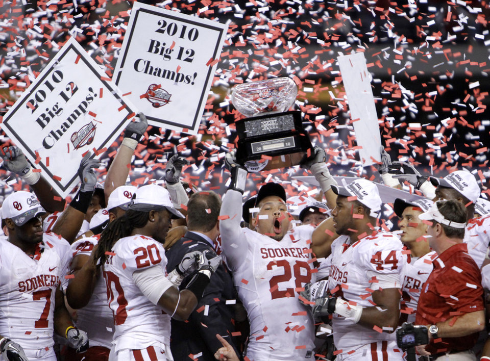 Photo - Travis Lewis (28) and the Sooners celebrate the 23-20 win over Nebraska during the Big 12 football championship game between the University of Oklahoma Sooners (OU) and the University of Nebraska Cornhuskers (NU) at Cowboys Stadium on Saturday, Dec. 4, 2010, in Arlington, Texas.  Photo by Chris Landsberger, The Oklahoman