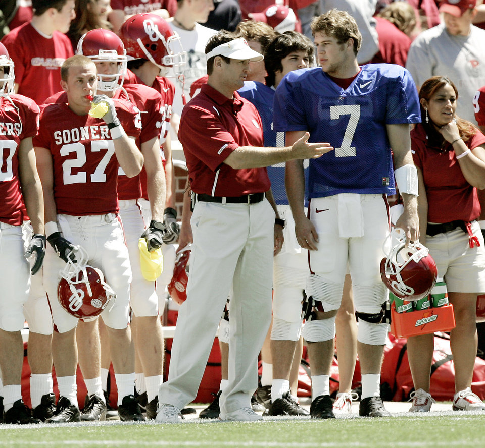 Photo - OU coach Bob Stoops talks with Rhett Bomar during the University of Oklahoma Red-White spring college football game at The Gaylord Family-Oklahoma Memorial Stadium in Norman, Okla., April 8, 2006.  By Bryan Terry, The Oklahoman