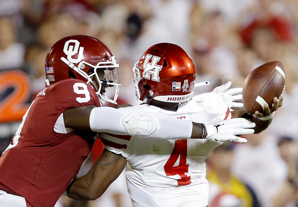 Photo - Oklahoma's Kenneth Murray (9) pressures Houston's D'Eriq King (4) as he throws the ball in the third quarter during a college football game between the University of Oklahoma Sooners (OU) and the Houston Cougars at Gaylord Family-Oklahoma Memorial Stadium in Norman, Okla., Sunday, Sept. 1, 2019. [Sarah Phipps/The Oklahoman]