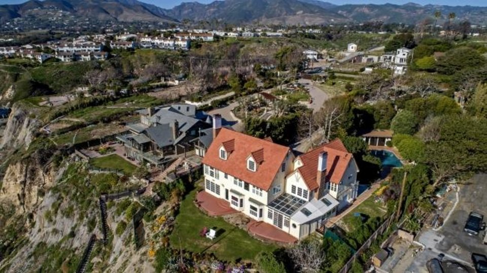 Photo -  Anthony Hopkins' fomer Cape Cod-style house sits on a bluff overlooking the ocean in Malibu, California. [TNS PHOTO]
