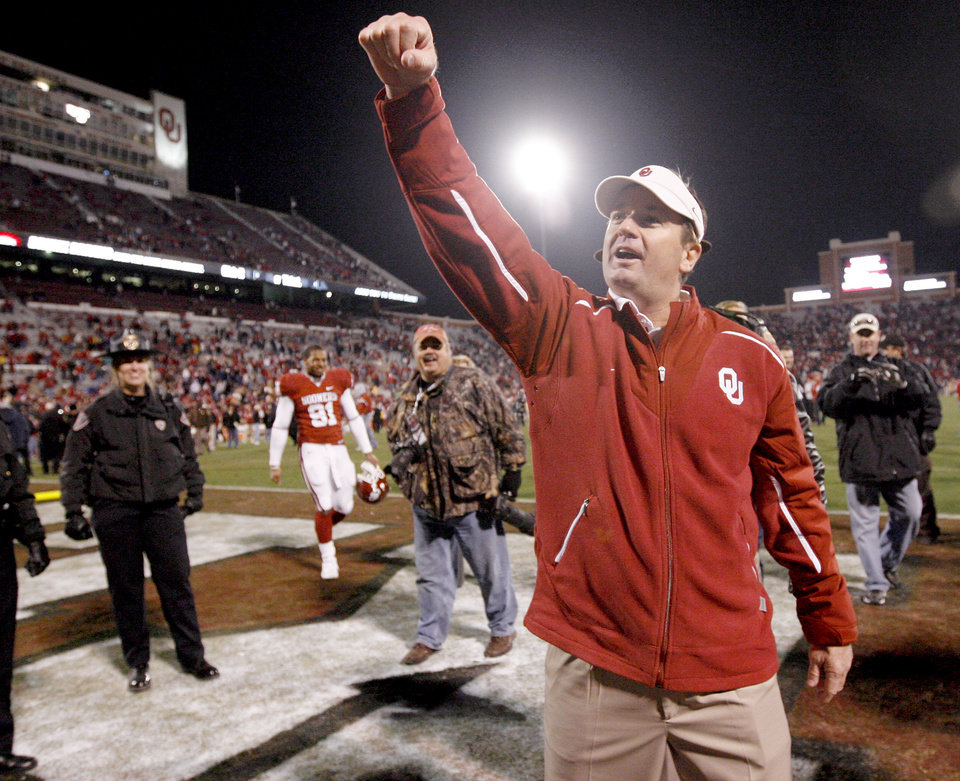 Photo - CELEBRATE / CELEBRATION: OU head coach Bob Stoops celebrates after the college football game between the University of Oklahoma Sooners and Texas Tech University at Gaylord Family -- Oklahoma Memorial Stadium in Norman, Okla., Saturday, Nov. 22, 2008. BY BRYAN TERRY, THE OKLAHOMAN ORG XMIT: KOD