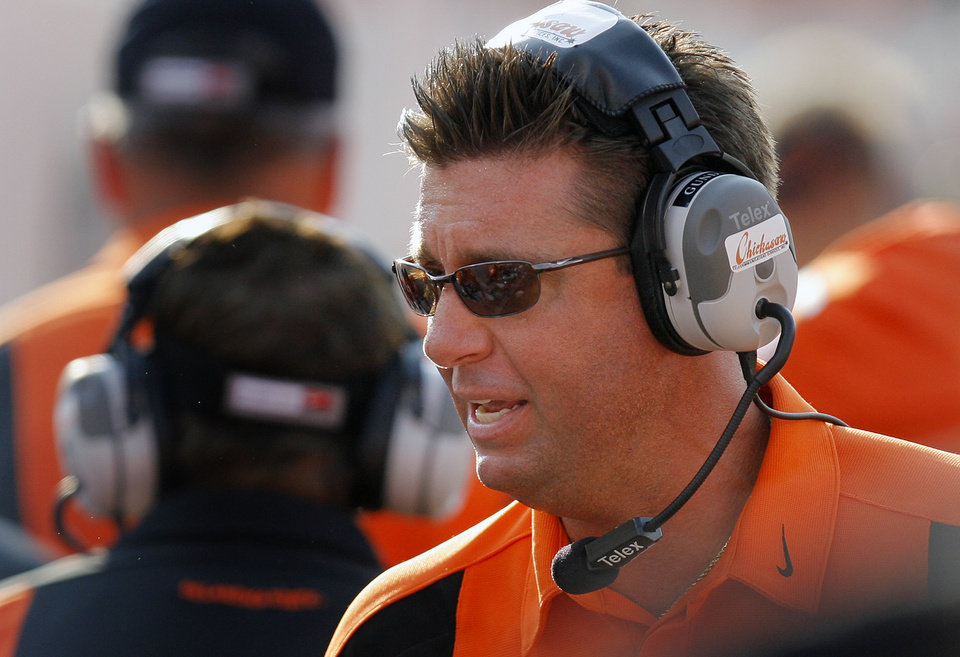 Photo - Oklahoma State coach Mike Gundy talks to his team during the second half of the college football game between the Oklahoma State University Cowboys (OSU) and the Texas Tech University Red Raiders (TTU) at Boone Pickens Stadium in Stilllwater, Okla., on Saturday, Sept. 22, 2007. OSU won, 49-45. By NATE BILLINGS, The Oklahoman