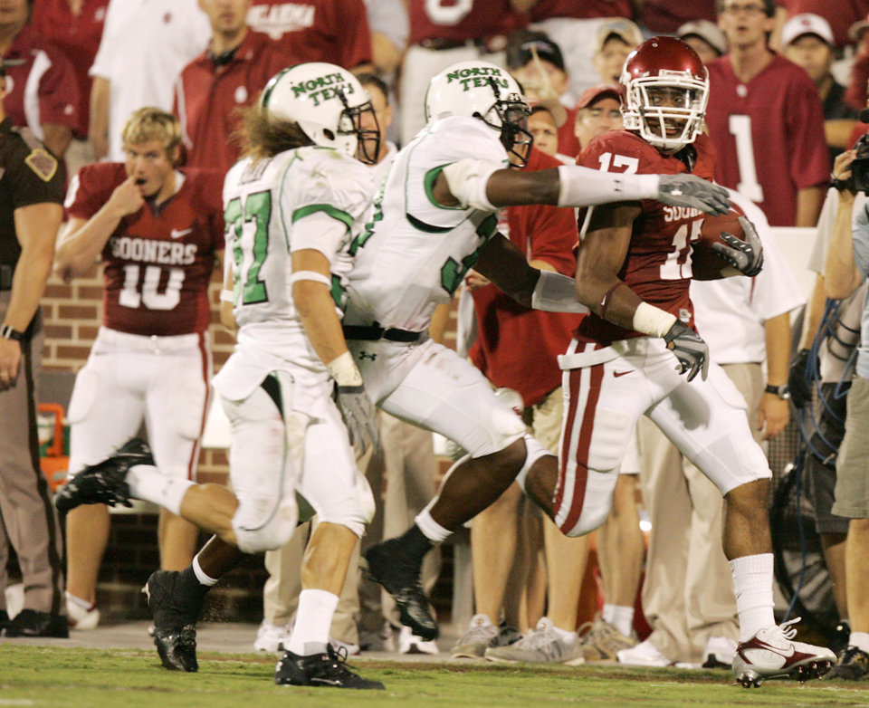 Photo - Mossis Madu breaks loose on a 55 yard run in the second half during the University of Oklahoma Sooners (OU) college football game against the University of North Texas Mean Green (UNT) at the Gaylord Family - Oklahoma Memorial Stadium, on Saturday, Sept. 1, 2007, in Norman, Okla. By STEVE GOOCH, The Oklahoman