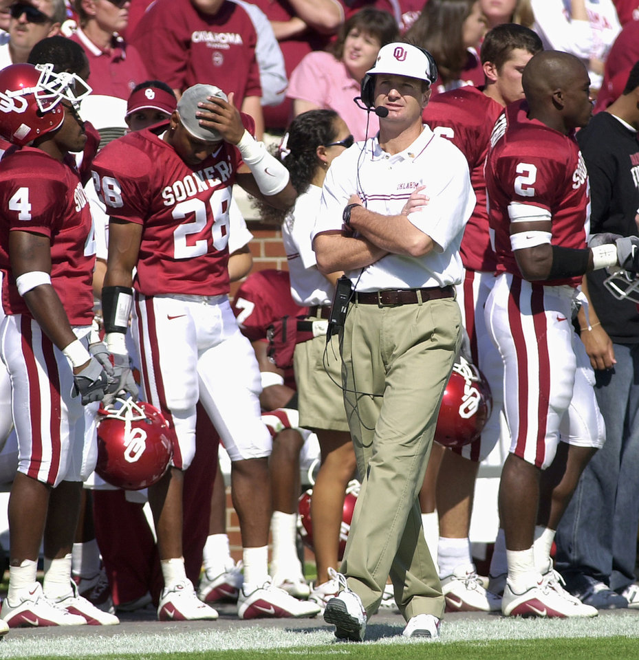 Photo - COLLEGE FOOTBALL: OU football coach Bob Stoops on sideline during home game with KSU on Sept. 29, 2001.  Staff photo by Jim Beckel.   FOR FILE USE