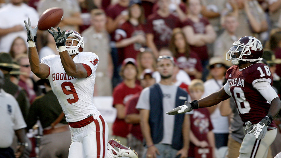 Photo - OU's Juaquin Iglesias catches a touchdown pass in front of Texas A&M's Arkeith Brown in the second half during the college football game between the University of Oklahoma and Texas A&M University at Kyle Field in College Station, Texas, Saturday, November 8, 2008.  BY BRYAN TERRY, THE OKLAHOMAN   ORG XMIT: KOD