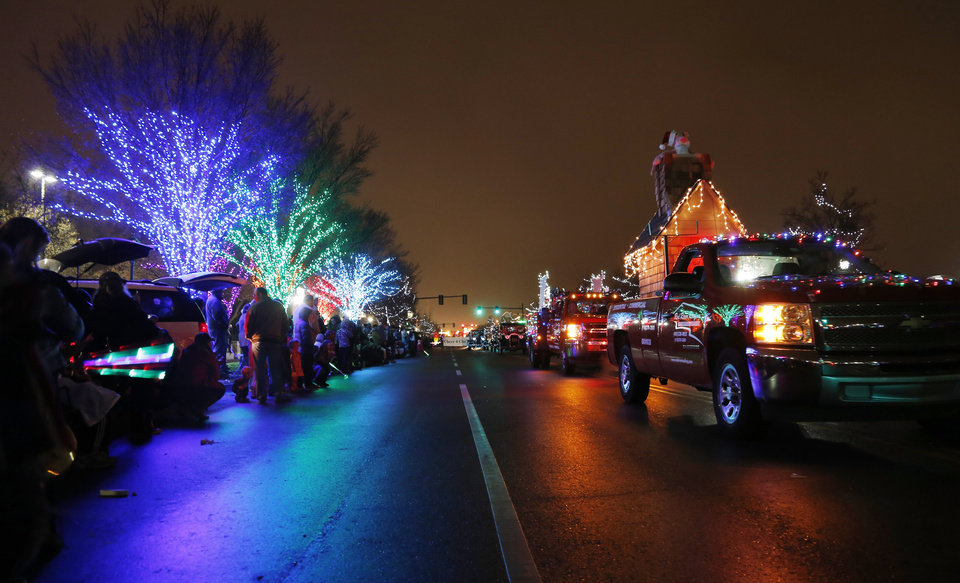 Edmond celebrates Christmas with Parade of Lights | News OK