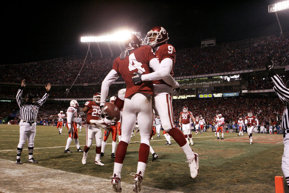 Photo - CELEBRATION: Oklahoma's Malcolm Kelly (4) and Juaquin Iglesias (9) celebrate after Kelly's touchdown pass catch in the third quarter of the Big 12 Championship game during the University of Oklahoma Sooners (OU) college football game against the University of Nebraska Cornhuskers (NU) at Arrowhead Stadium, on Saturday, Dec. 2, 2006, in Kansas City, Mo.   by Chris Landsberger, The Oklahoman  ORG XMIT: KOD