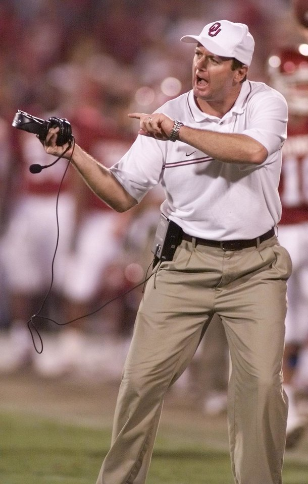 Photo - COLLEGE FOOTBALL: OU vs North Texas State football in Norman, Okla. on Sept. 8, 2001. Sooner coach Bob Stoops reacts to what he believes was a no call on a intentional grounding. Staff photo by Doug Hoke.