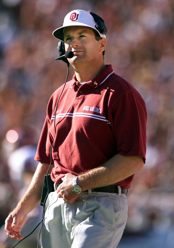 Photo - OU COLLEGE FOOTBALL: University of Oklahoma vs University of Texas, October 6, 2001. OU coach Bob Stoops looks at the clock in the fourth quarter.  Staff photo by Steve Sisney