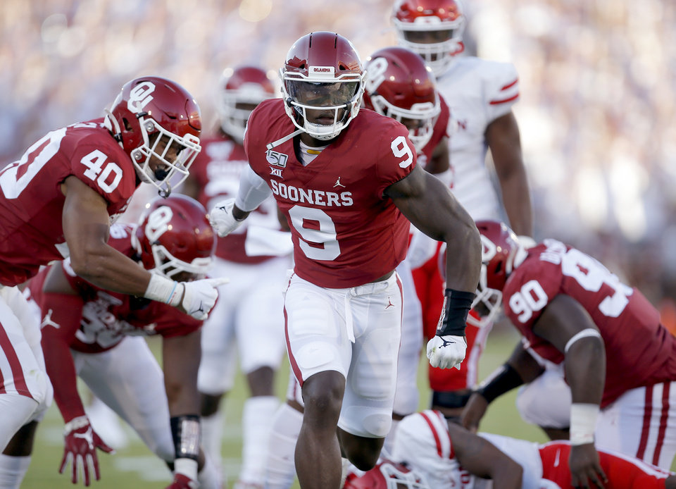 Photo - Oklahoma's Kenneth Murray (9) celebrates a sack on Houston's D'Eriq King (4) first quarter during a college football game between the University of Oklahoma Sooners (OU) and the Houston Cougars at Gaylord Family-Oklahoma Memorial Stadium in Norman, Okla., Sunday, Sept. 1, 2019. [Sarah Phipps/The Oklahoman]